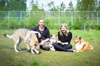 Korvenkoiran yrittäjät Christian ja Paula sekä omat koirat Harmi, Hukka ja Saiva.